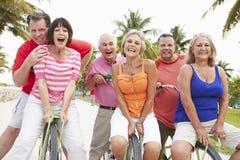 Gruppe ältere Freunde, die Spaß auf Fahrrad-Fahrt haben lizenzfreie stockbilder