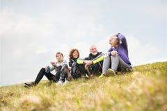Gruppe ältere Läufer draußen, stillstehend und spricht lizenzfreies stockbild