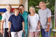Gruppe ältere Leute in der Turnhalle stockfotos