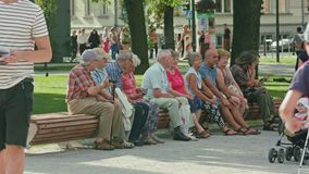Gruppe ältere Leute, die in einem Park stillstehen Stockfoto