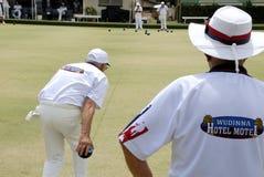Gruppe älteren Menschen, die auf einem Bowling green rollen Lizenzfreie Stockfotografie
