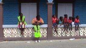 Gruppe afro-karibische Zuschauer an der Parade am 14. Juli in Marigot, Saint Martin stock video