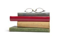 Gruppe alte Bücher und Gläser Lizenzfreie Stockfotos