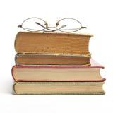 Gruppe alte Bücher und Gläser Stockbilder