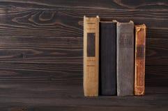 Gruppe alte gebundene Bücher auf einem dunklen hölzernen Hintergrund Lizenzfreie Stockfotografie