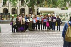 Gruppe alte Leute, die für Foto in Hong Kong aufwerfen Stockfotos