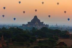Gruppe alte Pagoden in Bagan mit Höhe steigt an im Ballon auf Lizenzfreie Stockfotografie