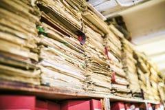 Gruppe alte Papiere in einer Bibliothek Stockfotos