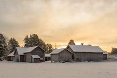 Gruppe alte schneebedeckte Gutshäuser Lizenzfreie Stockfotos