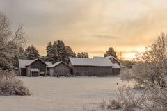 Gruppe alte schneebedeckte Gutshäuser Stockfotos