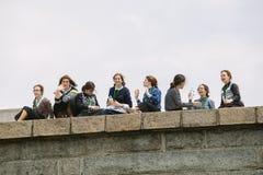 Gruppe amische junge Frauen, die das Freiheitsstatuen, NY besuchen Stockbilder