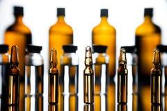 Gruppe Ampullen mit einer transparenten Medizin im medizinischen Labor lizenzfreie stockbilder