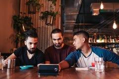 Gruppe arabische Freunde, die selfie im Lounge Bar nehmen Junge Männer der Mischrasse, die Spaß haben lizenzfreies stockfoto