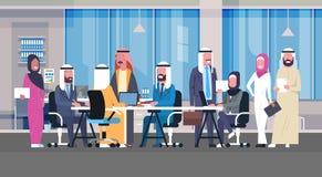 Gruppe arabische Geschäftsleute, die im Büro Sit At Desk Muslim Workers Team Brainstorming Meeting zusammenarbeiten Lizenzfreies Stockfoto