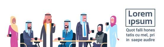 Gruppe arabische Geschäftsleute moslemische Arbeitskräfte Team At Break Template Getränk-Tee-oder Kaffee-Sit Together At Office D lizenzfreie abbildung