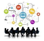 Gruppe arbeitende Geschäftsleute und globale Vernetzungs-Symbole Lizenzfreie Stockfotos