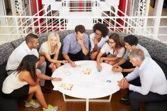 Gruppe Arbeitskollegen, die Sitzung in einer Bürolobby haben Stockfotos