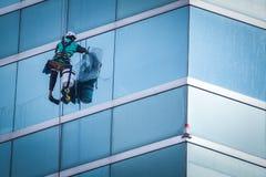 Gruppe Arbeitskräfte, die Fensterservice am hohen Aufstiegsgebäude säubern lizenzfreie stockbilder