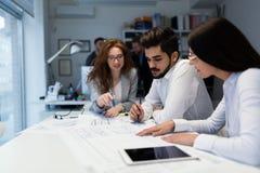 Gruppe Architekten, die zusammen an Projekt arbeiten stockfotos