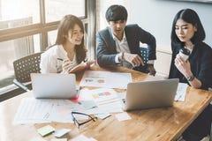 Gruppe asiatische Geschäftsleute mit zufälliger Klage arbeiten mit stockfoto