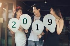 Gruppe asiatische junge Leute, die Ballon halten, nummeriert 2019, Celebr lizenzfreie stockfotos