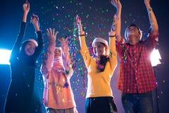 Gruppe asiatische Leute, die Partei des neuen Jahres in Nachtclub w feiern Stockbilder