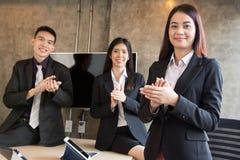 Gruppe asiatische Leute klatschen Lizenzfreie Stockfotos
