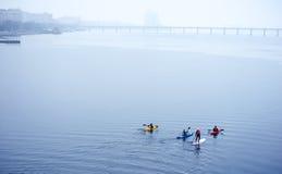 Gruppe Athleten, die auf dem Fluss Kayak fahren Lizenzfreie Stockbilder