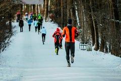 Gruppe Athleten, die auf Wintergasse laufen Stockfotografie