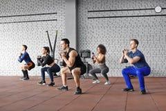 Gruppe Athleten, die in der Turnhalle ausarbeiten lizenzfreies stockfoto