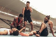Gruppe Athleten, die nach Training sich entspannen lizenzfreie stockfotos
