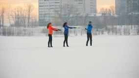 Gruppe Athleten, welche die Übung auf dem Wintereisgebiet tun stock video footage