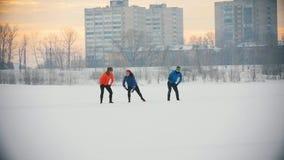 Gruppe Athleten, welche die Übung auf dem Wintereisgebiet tun stock footage