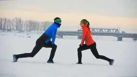 Gruppe Athleten, welche die Übung auf dem Wintergebiet tun stock footage