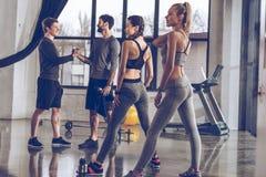 Gruppe athletische junge Leute in der Sportkleidung trainierend an der Turnhalle Stockfotos