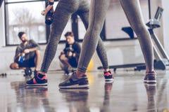 Gruppe athletische junge Leute in der Sportkleidung trainierend an der Turnhalle Stockfotografie
