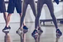 Gruppe athletische junge Leute in der Sportkleidung trainierend an der Turnhalle Stockbild