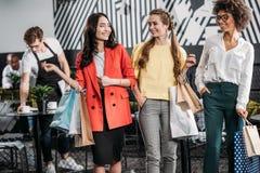 Gruppe attraktive junge Frauen mit Einkaufstaschen stockfotografie