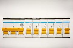 Gruppe automatische elektrische Schalter auf einem weißen Hintergrund lizenzfreie stockfotos