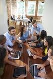 Gruppe Büroangestellten, die sich treffen, um Ideen zu besprechen Stockbild