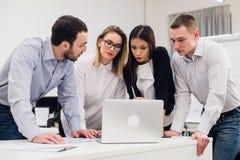 Gruppe Büroangestellten, die sich treffen, um Ideen zu besprechen Stockfotografie