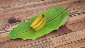 Gruppe Bananen gesetzt auf Bananenblatt Auf hölzerner Tabelle Getrennt auf weißem Hintergrund stockbilder