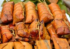 Gruppe Bananen mit dem klebrigen Reis gestapelt Lizenzfreie Stockfotografie