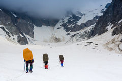 Gruppe Bergsteiger in den Bergen Lizenzfreies Stockbild