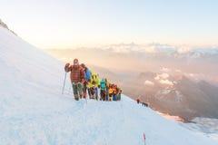 Gruppe Bergsteiger an der Dämmerung stockfotos