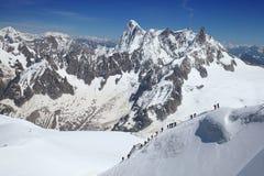 Gruppe Bergsteiger steigen von Vallee Blanche auf Stockfotos