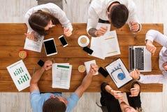 Gruppe beschäftigte Geschäftsleute, die im Büro, Draufsicht arbeiten stockbilder