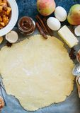 Gruppe Bestandteile für das Backen, roher Teig für Torte, Gewürze, appl Stockfotos