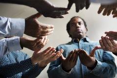 Gruppe betende Hoffnung der Christentumsleute zusammen lizenzfreie stockfotos