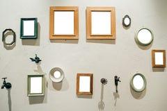 Gruppe Bilderrahmen auf der Wand Stockfotografie